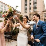 Un mariage pandémique précoce: d'une fête de 130 personnes à Buda, au Texas, aux vœux en direct dans un parc de DC