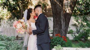 Après avoir annulé leurs grands projets au milieu de COVID-19, ce couple a eu un mariage de conte de fées dans la cour