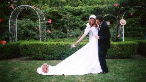 La mariée portait la robe de mariée des années 80 de sa mère pour une cérémonie de la roseraie dans l'arrière-cour