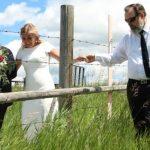 Le jour du mariage transfrontalier rassemble des familles aux États-Unis et au Canada autour d'une clôture en fil de fer barbelé