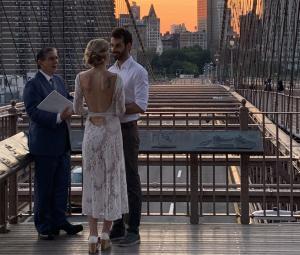 Une femme qui a capturé une photo d'un mariage intime au coucher du soleil traque les jeunes mariés avec une histoire d'amour inspirante