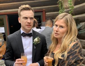 """Les nouveaux mariés font une découverte surprenante sur la pellicule après la fête de mariage: """" Passer un moment misérable """""""