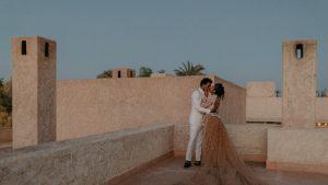 Burning Sage et les sons d'un tambour marocain ont accueilli les invités à ce mariage à Marrakech