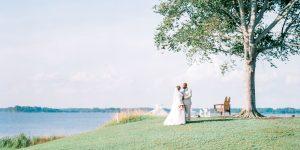 Ce mariage au bord de l'eau dans un complexe de Cambridge comprenait une cérémonie de sable