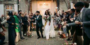 Ce mariage en France comprenait deux capes, une coiffe à fleurs et une lune de miel dans 10 pays