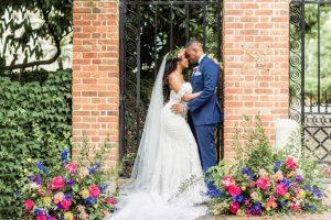 Le micro-mariage luxuriant de ce couple dans le jardin présente les traditions de la diaspora africaine et une réception au volant