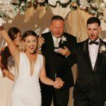 Un mariage COVID-19 créatif sur un terrain de basket