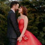 Un mariage coloré et inspiré du jardin à la maison dans les Hamptons