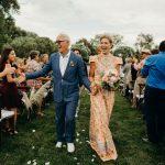 Un mariage familial avec des baskets Nike personnalisées dans une ferme du Colorado