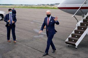 Après avoir débarqué à Tampa, Joe Biden a fait signe aux pompiers dans un champ