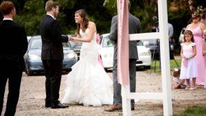Engagement à l'époque du COVID: Couple marié dans un parking