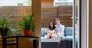 Une cour de bâtiment devient un lieu de mariage