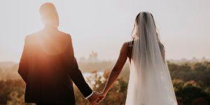 Les couples devraient arrêter de reporter les mariages au printemps 2021