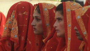 Rouge ou blanc? Comment mon choix de robe de mariée affecte mes pensées sur l'identité