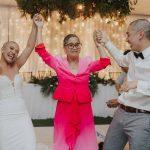 Jeune couple surprend les invités de mariage avec un hommage touchant à la mère de la mariée