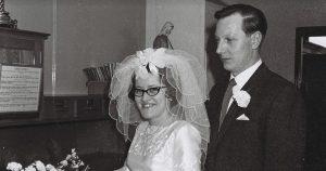 La joie de la veuve alors qu'elle retrouve l'album du jour du mariage qu'elle pensait perdu pour toujours – après qu'une voiture s'est écrasée chez elle