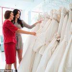 La mère dit qu'elle ne paiera pour les robes de mariée des filles que si elles choisissent ce qu'elle préfère