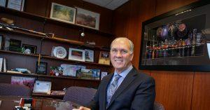 Le maire de Naperville, Steve Chirico, est critiqué par le coronavirus pour s'être rendu en Floride pour les noces de sa fille
