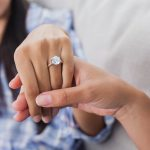 10 idées de cadeaux de fiançailles créatives pour elle!