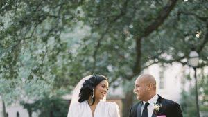 La mariée portait un ensemble jupe par Sergio Hudson pour son mariage d'hiver à Charleston