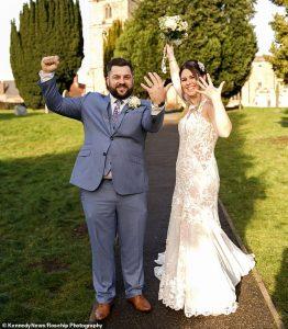 Un couple a réorganisé son mariage en seulement 24 HEURES après que les restrictions de niveau 4 aient menacé de ruiner le grand jour