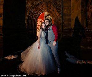 Un couple réorganise son mariage en seulement TROIS heures pour se marier avant de nouvelles restrictions de niveau