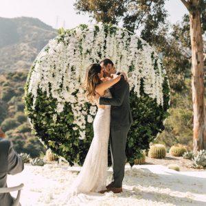 Un mariage éthéré dans une maison moderne du milieu du siècle à Pasadena