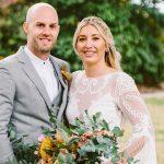 Un moulin à Sherman Mills mariage avec une prairie fleurie et une ambiance rétro