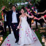 Cette mariée a remplacé sa cérémonie de Mykonos par un micro-mariage dans le jardin arrière – voir photos