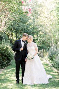 La robe de bal en dentelle personnalisée de cette mariée se marie parfaitement avec son style de mariage classique