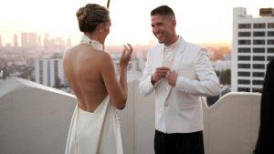 La styliste Taryn Shumway portait un pantalon Danielle Frankel pour son micro-mariage au Sunset Tower Hotel
