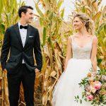Mariage City-Chic d'un couple de New York dans un champ de maïs dans une ferme de l'Iowa