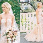 La mariée portait une robe à fleurs qui complétait le costume personnalisé de sa femme