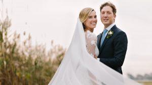 La mariée portait une robe en dentelle éthérée pour son mariage formel Garden Party avec vue sur le son de Long Island