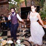 Les activités de mariage socialement éloignées maintiennent les festivités animées