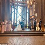 """La mariée demande à cinq ÉTRANGERS d'être ses demoiselles d'honneur pour un mariage de """" dernière minute """""""