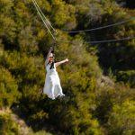 Les couples vont franchir le pas – littéralement – avec un mariage palpitant en tyrolienne sur l'île de Catalina   Presse associée