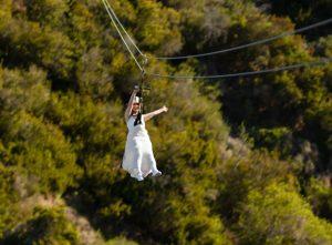 Les couples vont franchir le pas – littéralement – avec un mariage palpitant en tyrolienne sur l'île de Catalina | Presse associée