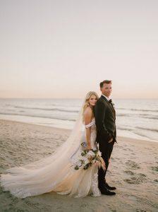 Mariage en bord de mer à Naples étourdit au coucher du soleil