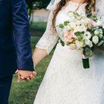 Pourquoi est-il encore difficile de trouver des robes de mariée courbes et abordables en 2021?