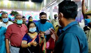 Tripura DM fait des raids sur le mariage, écrase les invités et attrape le marié par le col