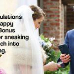 Un couple américain échange des jetons numériques sous forme d'anneaux alors qu'ils prononcent leurs vœux de mariage