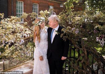 Carrie Symonds revêt une robe blanche à plusieurs niveaux en organza boho et une couronne de fleurs pour le mariage avec Boris Johnson
